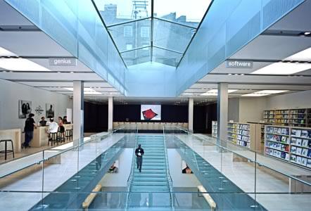 天井もガラスで、外観の重厚さとは打って変わって開放感たっぷりの店内。