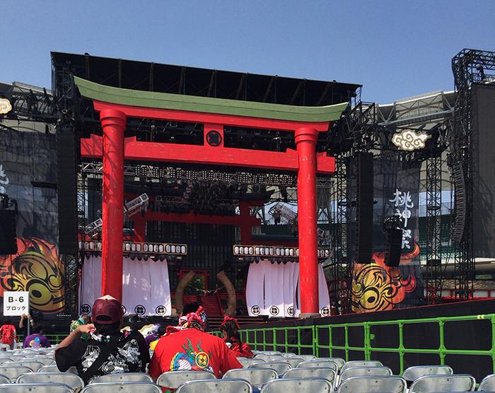 両公演ともに「祭り」をコンセプトに行われたもので、ステージに高さ21メートル、幅23メートルにおよぶ巨大な鳥居や、茅の輪、提灯などが設置された。